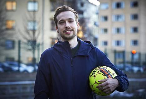 Veikkausliigaseura SJK:n ensimmäinen data-analyytikko Axel Storbacka valmistautui jalkapalloharjoituksiin Saharan kentän laidalla Helsingin Töölössä.