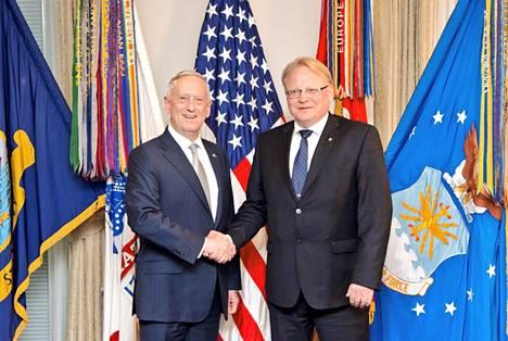 Yhdysvaltain puolustusministeri James Mattis poseerasi yhdessä ruotsalaisen virkaveljensä Peter Hultqvistin kanssa Washingtonissa toukokuussa.
