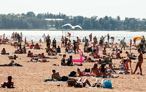 Ihmiset ottivat aurinkoa Hietaniemen uimarallanna lämpimänä kesäpäivänä 23. kesäkuuta 2020. Myös Juhannusta vietettiin tänä vuonna todella lämpimissä merkeissä.
