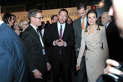 Näyttelyn kuraattori Leevi Haapala (vas.), kulttuuri- ja urheiluministeri Paavo Arhinmäki, prinssi Felipe ja prinsessa Letizia vierailivat Madridin Arco-taidemessuilla torstaina.
