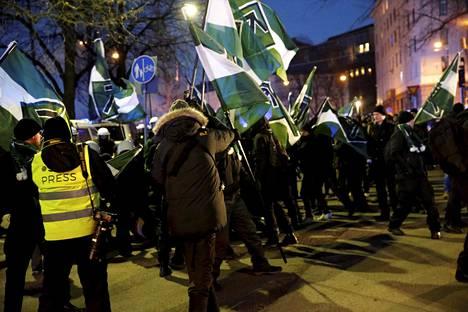 Uusnatsijärjestö Pohjoismainen vastarintaliike marssi Helsingissä itsenäisyyspäivänä.