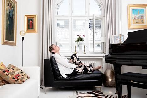 """""""Äiti oli minulle monella tapaa esikuva, aivan ällistyttävä ihminen, joka eli satavuotiaaksi. Häneltä opin asenteen, että mitä ei osata, se opetellaan"""", sanoo poliitikko Eija-Riitta Korhola."""