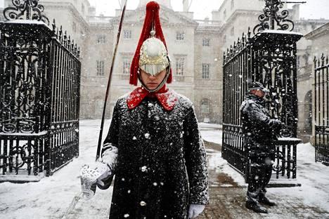 Vartija seisoi paraatissa Lontoossa keskiviikkona.