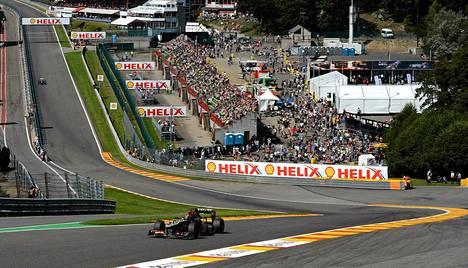 Kimi Räikkönen Span radan kuuluisassa Eau Rouge -mutkassa perjantain iltapäivän harjoituksissa.