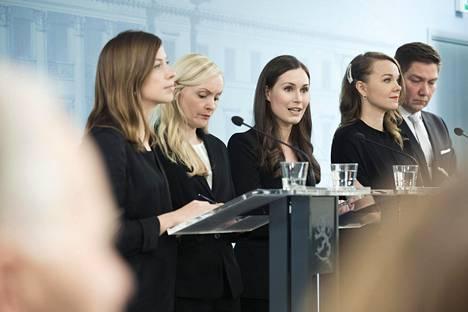 Hallitus vaihtui Valtioneuvoston linnassa vuonna 2019. Tiedotustilaisuudessa puhuivat opetusministeri Li Andersson (vas), sisäministeri Maria Ohisalo (vihr), pääministeri Sanna Marin (sd), elinkeinoministeri Katri Kulmuni (kesk) ja Pohjoismaisen yhteistyön ja tasa-arvon ministeri Thomas Blomqvist (r).