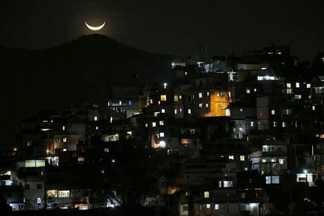 Kuu loisti Copacabanan lähistöllä sijaitsevan favelan yllä Rio de Janeirossa lauantaina.