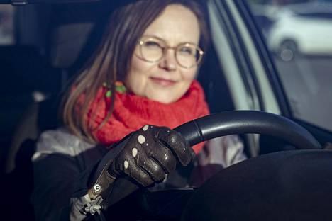 Noora Jokisen mielestä autoilijalla kuuluu olla nahkaiset ajohanskat. Sopivat löytyivät kirpputorilta eurolla.