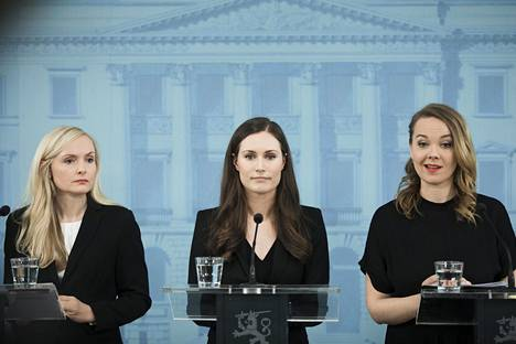 Sisäministeri Maria Ohisalo, pääministeri Sanna Marin ja valtiovarainministeri Katri Kulmuni tiistaina valtioneuvoston tiloissa pidetyssä hallituksen infossa.