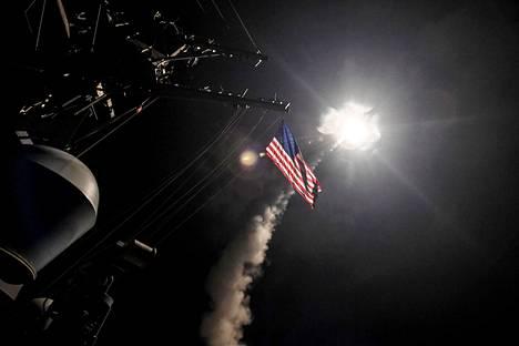 Yhdysvaltain armeija julkaisi kuvia Syyriaan tehdystä ohjusiskusta perjantaina.