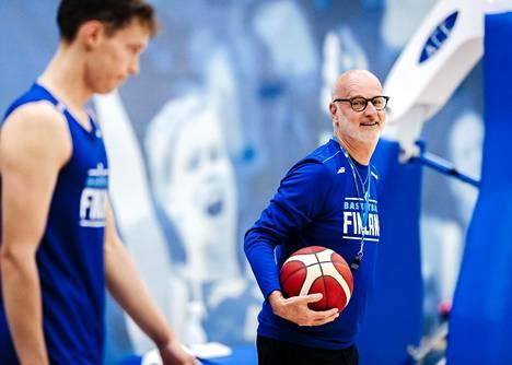 Päävalmentaja Henrik Dettmann koripallomaajoukkueen harjoituksissa Lohjan Kisakalliossa heinäkuussa 2020. Edessä luottopelaaja Mikael Jantunen.