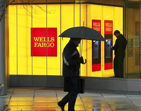 Mies kävelee Wells Fargo -pankin ohi Washingtonissa.