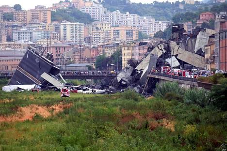 Yleisöä ja pelastajia onnettomuuspaikalla.