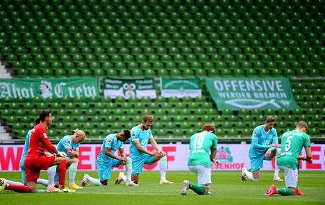 Avauskokoonpanon pelaajat polvistuivat ennen ottelun alkua.
