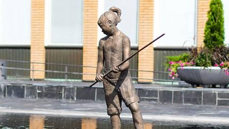 Kalatyttö kuvattuna kesällä. Taustalla on Vantaan kaupungintalo.