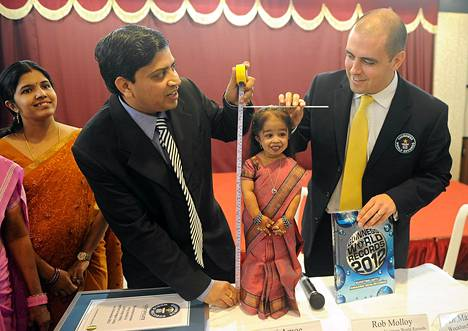 Jyoti Amge todistettiin maailman pienimmäksi naiseksi tiedotustilaisuudessa perjantaina.