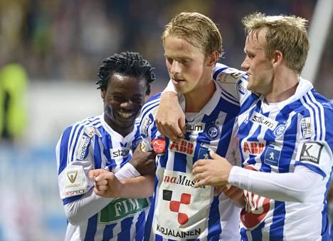 Anthony Annan (vas.) ja Mika Väyrynen onnittelevat kaksi maalia tehnyttä Tapio Heikkilää.