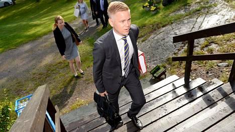 Kokoomuksen ministeriryhmän erityisavustaja elokuussa matkalla valtiovarainministeriön budjettineuvotteluihin Espoon Moisniemessä.
