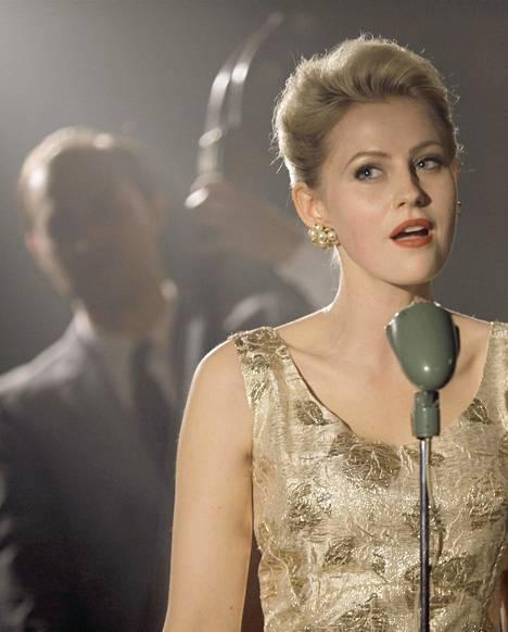 Edda Magnason paitsi näyttelee hienosti Monica Zetterlundia, myös laulaa itse.