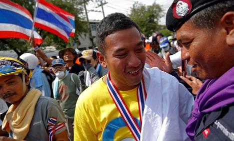Thaimaan hallitusta vastustava mielenosoittaja kyynelehti tiistaina päästyään vapaasti poliisin päämajan alueelle.