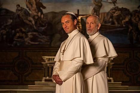 Koomaan vaipuneen paavi Pius XIII:n (Jude Law, vas.) tilalle nimitetään uusi paavi (John Malkovich).