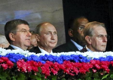 Venäjän presidentti Vladimir Putin (keskellä) seurasi Moskovassa MM-kisoja Kansainvälisen olympiakomitean puheenjohtajan Jacques Roggen (oik) kanssa.