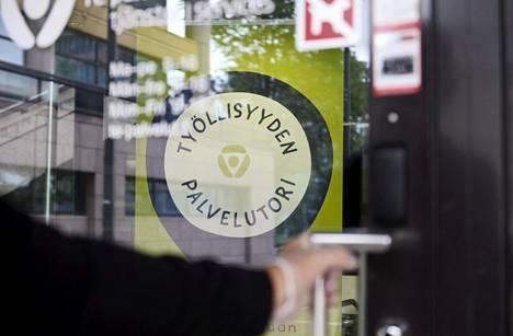 Etlan ennusteen mukaan Suomen kustannuskilpailukyky heikkenee kuluvana vuonna kolme prosenttia ja ensi vuonna edelleen yhden prosentin. Heikkeneminen johtuu Etlan mukaan työvoimakustannusten kasvusta.