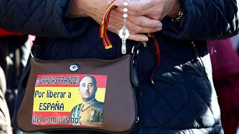Francon kannattaja rukoilee Min gorrubio-El Pardon hautausmaalla, jonne Francon jäännökset siirrettiin 24. lokakuuta 2019.