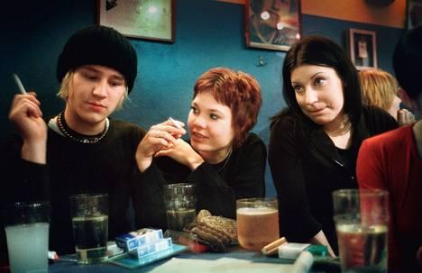 Joensuulaisnuoret Valtteri, Heidi ja Jenni Helsingissä U.Kaleva-baarissa vuonna 2001.