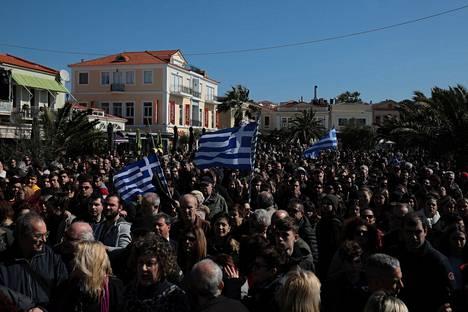Ihmiset osoittivat mieltään Mytilenen kaupungissa tiistaina.