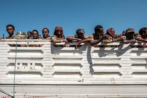 Amharan erikoisjoukkojen jäseniä pysäköidyn kuorma-auton lavalla Etiopian Danshassa keskiviikkona 25. marraskuuta.