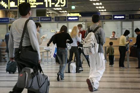 Rajavartiolaitos valmistautuu palauttamaan Schengen-alueelta saapuvien matkustajien tarkastukset määräajaksi Donald Trumpin ja Vladimir Putinin vierailun yhteydessä. Kuva Helsinki-Vantaan lentoasemalta.