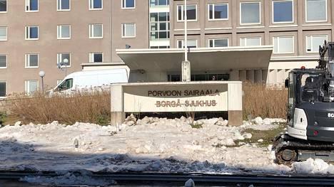 Kätilöopiston edessä olevaan suureen kylttiin ilmestyi teksti Porvoon sairaala.
