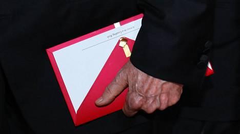 """Warren Beatty piteli kohtalokasta kirjekuorta kädessään ennen kuin hän ja Faye Dunaway julkistivat väärän voittajan. Siinä lukee selvästi """"paras naispääosan esittäjä""""."""