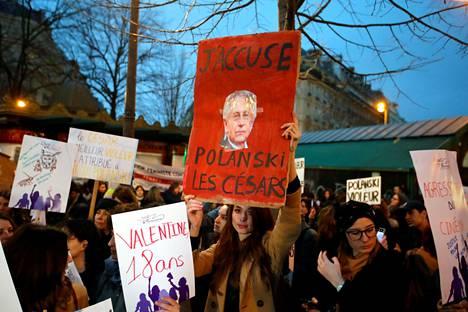 Mielenosoittajat protestoivat Roman Polanskia vastaan Cesar-palkintojuhlapaikan ulkopuolella Pariisissa perjantaina.