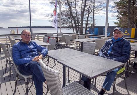 """Jaakko P. Korhonen (vas.) ja Calle Stenius viettävät usein aikaa Café Mellstenin terassille. Steniukselle Haukilahti ja sen rannat ovat tuttuja lapsuudesta asti. """"Etelä-Espooseen rakennetaan hirveästi uutta ja sen näkee täällä siinä, että porukan määrä on lisääntynyt."""""""