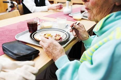Monipuolinen ravitsemus on tärkeää ikääntyessä, koska se pitää yllä kuntoa ja toimintakykyä.