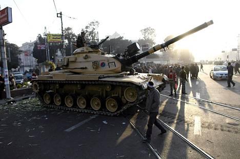 Panssarivaunut vartioivat Egyptin presidentinpalatsia torstaina.