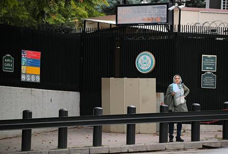 Nainen odotteli Yhdysvaltojen Ankaran-suurlähetystön viisumitoimiston ulkopuolella maanantaina.