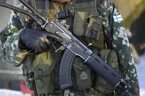 Puolustusvoimat pyrkii estämään koronaviruksen leviämistä varuskunnissa varusmiesten koulutusta muuttamalla.