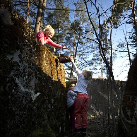 Seela ja Venna Niemi sekä Fanni Eljaala ovat rakentaneet majoja vanhoihin vallihautoihin Haukilahdessa.