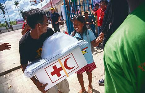 Avustustavaroita purettiin Cebun lentokentällä maanantaina.