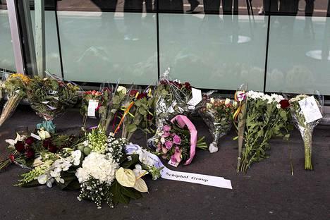 Amsterdamin lentokentälle oli jätetty kukkia Itä-Ukrainan lentoturman takia.