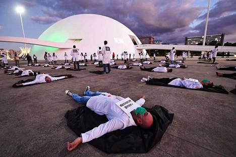 Brasilialaiset sairaanhoitajat osoittivat mieltään koronaviruksen takia kuolleiden yli sadan kollegansa puolesta pääkaupungissa Brasíliassa tiistaina.