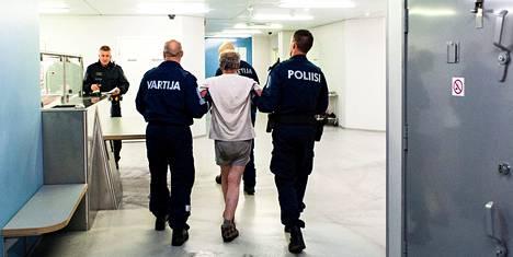 Jo poliisipartion näkyminen keskustassa viikonloppuöisin rauhoittaa vähän menoa, toteavat sanovat vanhemmat konstaapelit Ari Salonen (kuljettaja) ja Jukka Maaranen.