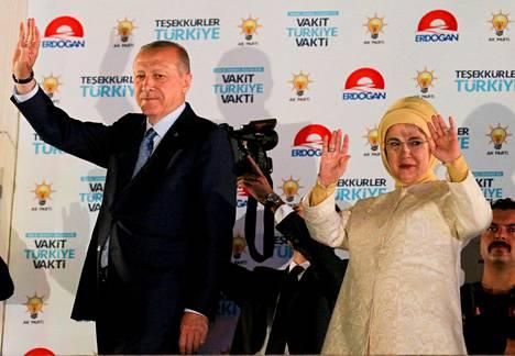 Recep Tayyip Erdoğan juhli vaalivoittoa vaimonsa Eminen kanssa puolueensa päämajassa Ankarassa maanantaiaamuna.