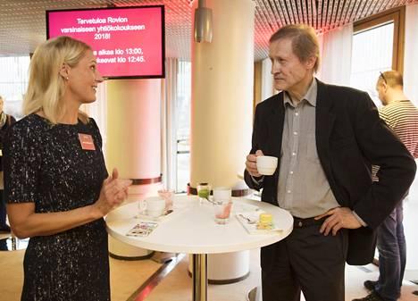 Rovion toimitusjohtaja Kati Levoranta keskusteli sijoittaja Jukka Riihimäen kanssa ennen yhtiökokouksen alkua.