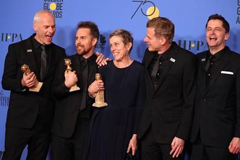 Frances MacDormand (kesk.) tähdittää Three Billboards outside Ebbing, Missouri -nimistä draamaelokuvaa. Myös ohjaaja, käsikirjoittaja Martin McDonagh (vas.) palkittiin. Kaksikon ympärillä elokuvan tuottajia.