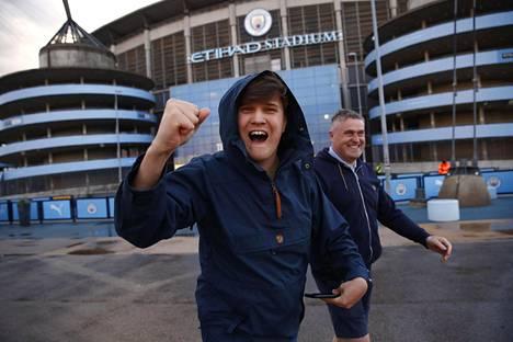 Manchester Cityn kannattajat juhlivat mestaruutta tiistaina seuran stadoniin edustalla.