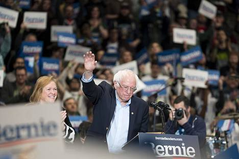 """""""Bernie Beats Trump"""" esivaalitapahtuma Whittemore Center areenassa Durhamissa, New Hampshiressa."""