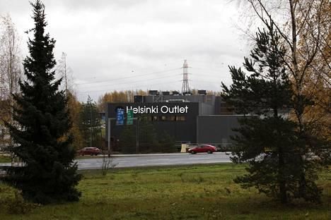 Helsinki Outlet sijaitsee vastapäätä Ikeaa Kehä III:n toisella puolella.